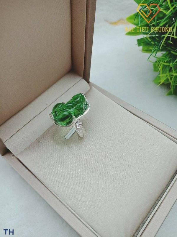 Nhẫn bạc Tỳ Hưu mặt đá xanh lục sang trọng, mang tới may mắn và tài lộc dành cho chủ nhân