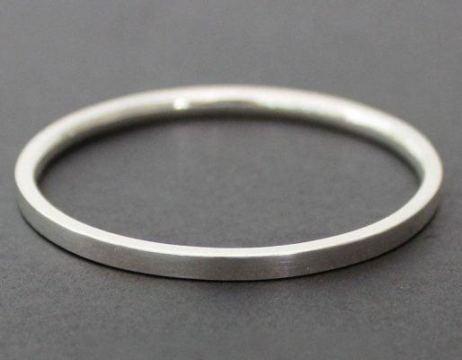 Trang sức bạc nguyên chất thường có độ sáng bóng kém và trang sức thường không có nhiều chi tiết tinh xảo như bạc 925