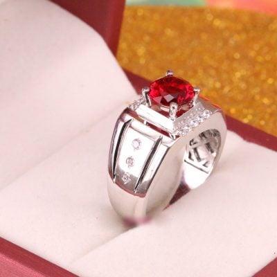 Sử dụng mặt đá tổng hợp màu đỏ sang trọng. Đủ màu thích hợp cho ngũ hành Kim - Mộc - Thủy - Hỏa - Thổ