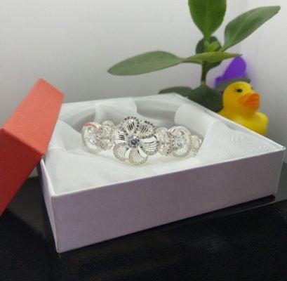 Lắc tay hình hoa mai độc đáo dành cho các bạn nữ. Cá tính, phong cách và cực kỳ sành điệu.