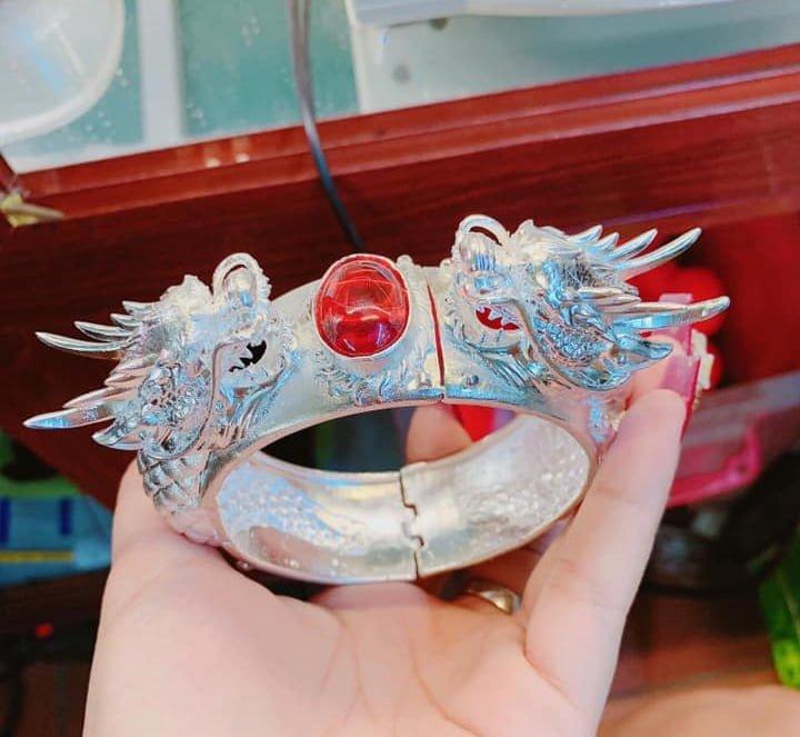 vòng tay bạc của Phú lê