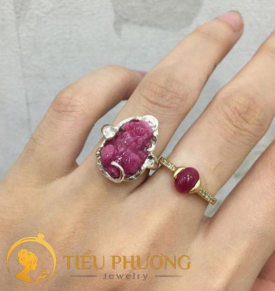 Nhẫn Tyỳ Hưu với đá Ruby màu hồng đỏ cho người mệnh Hỏa.
