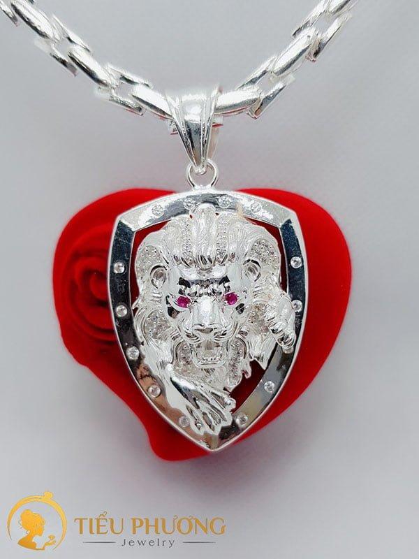 Mặt dây sư tử thể hiện quyền lực, sức mạnh đẳng cấp của người đeo.