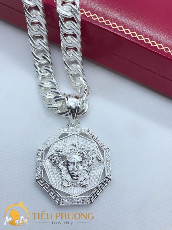 Dây chuyền đơn giản kết hợp với mặt dây chuyền Versace.