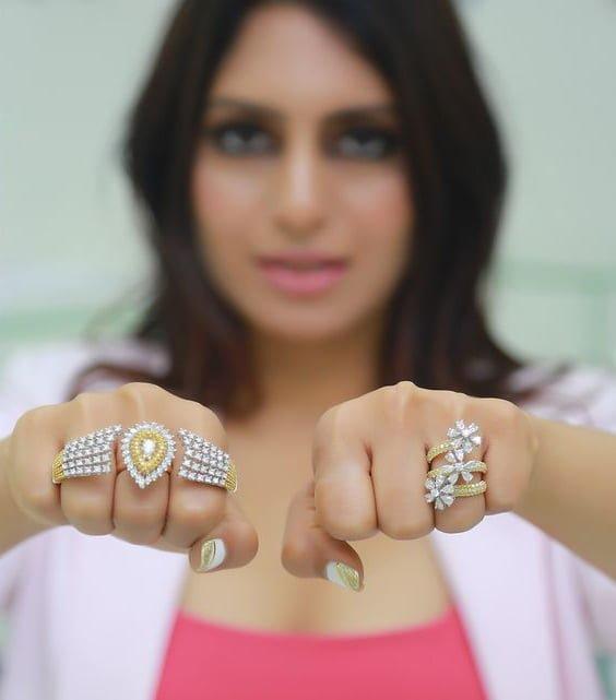 có nên đeo trang sức vàng và trang sức bạc hay không?