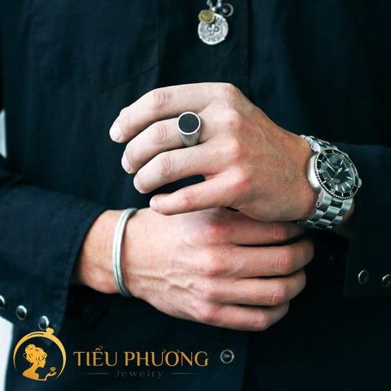 hướng dẫn cách đeo nhẫn cho nam giới