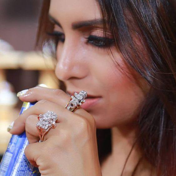 đeo nhẫn vàng và bạc có bị gì không