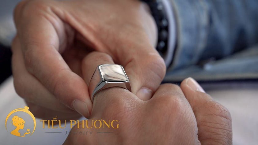 Cách đeo nhẫn nam cũng phù hợp với từng ngón tay đeo nhẫn.
