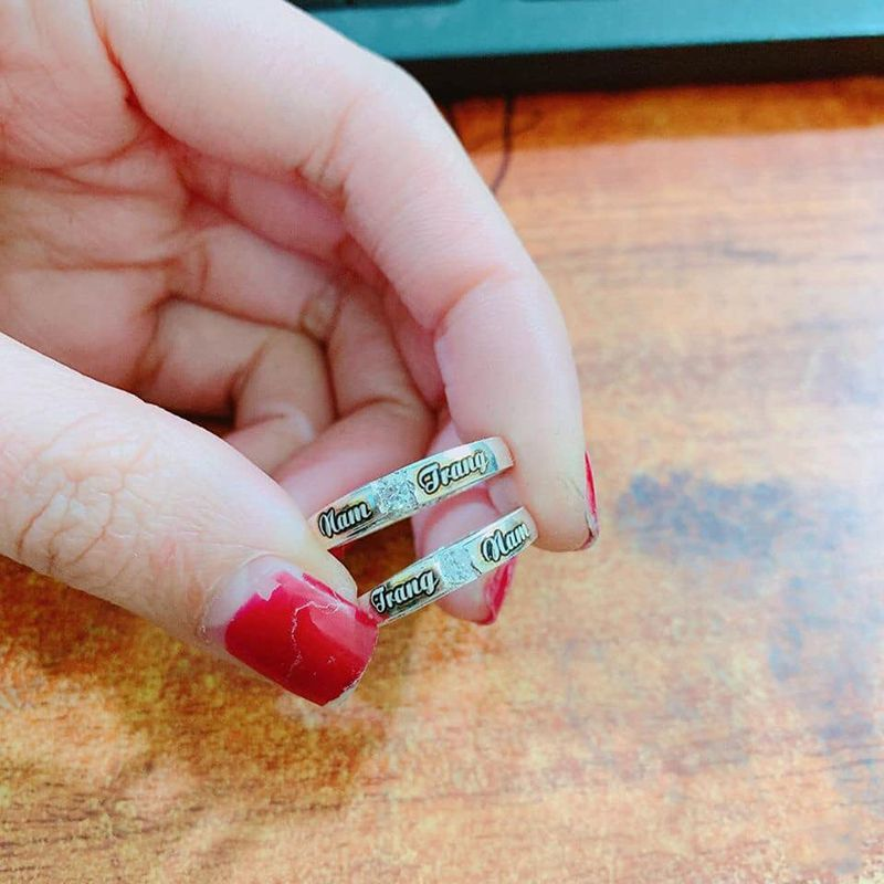 nhẫn đôi khắc tên theo yêu cầu khách hàng