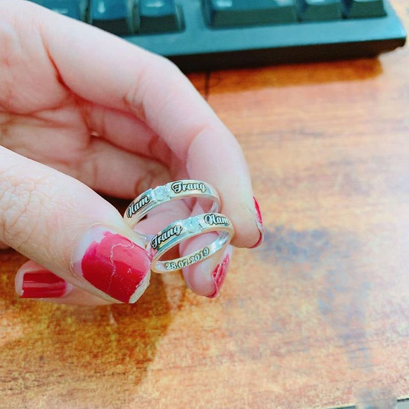 nhẫn đôi khắc tên sử dụng bạc 925