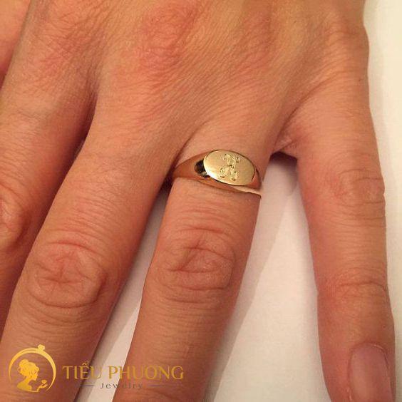 Đeo nhẫn ngón áp út thường là nhẫn cưới.