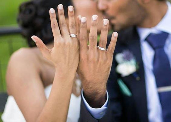 Nên đeo nhẫn cưới tay nào và nếu là nữ sử dụng tay trái được không?